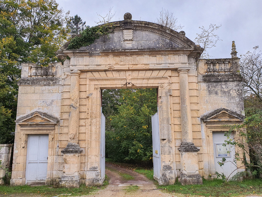 Chateau POITIERS 1 219 000  �